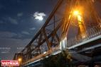 Dù bị mây che phủ nhưng ánh sáng của siêu trăng vẫn tỏa ra rất mạnh soi rõ những nhịp cầu Long Biên trong đêm. Ảnh: Công Đạt