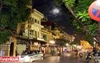 Siêu trăng trên phố Tràng Tiền, Hà Nội. Ảnh: Công Đạt
