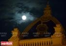Siêu trăng chuẩn bị đi qua mái vòm Nhà hát Lớn Hà Nội. Ảnh: Công Đạt