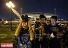 Rất đông bạn trẻ yêu thiên văn ở Hà Nội đã cùng nhau tập trung về khu vực sân vận động Mỹ Đình để ngắm siêu trăng. Ảnh: Công Đạt