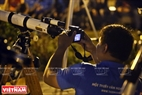 Một chiếc ống kính siêu dài được các bạn trẻ mê thiên văn chế lắp vào máy ảnh để dùng chụp siêu trăng. Ảnh: Công Đạt