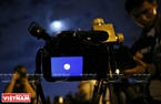 Hình ảnh siêu trăng hiện rõ trên màn hình hiển thị của máy ảnh. Ảnh: Công Đạt