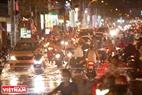 Triều cường gây tắc đường ở một số tuyến đường.  Ảnh: Nguyễn Luân