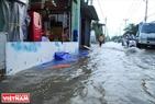 Người dân dùng nhiều biện pháp để ngăn không cho nước ngập vào nhà. Ảnh: Lê Linh