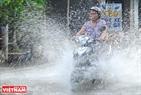 Triều cường gây khó khăn cho các phương tiện tham gia giao thông.  Ảnh: Lê Linh