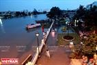Mực nước triều cường cao bằng mực nước sông Sài Gòn. Ảnh: Thông Hải