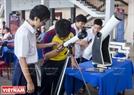 Sản phẩm kính thiên văn gây được sự tò mò của các bạn trẻ.