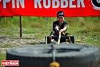 Chướng ngại vật thể hiện sức bền bằng việc người chơi phải kéo lốp chiếc lốp ô tô tải lớn.