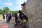 """Chướng ngại vật """"Vượt tường"""" đòi hỏi những người chơi phải có tinh thần đoàn kết cùng nhau vượt tường."""