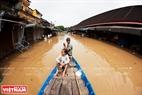 12月14日、クアン・ナム省、ホイ・アン市のホアイ川岸におけるバック・ダン道は浸水する。