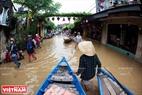 船はホイ・アン市民たちが移転することを援助する。