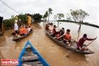 市民たちはホイ・アン旧市街を見るために、船で、観光客を連れてくるサービスを有する。