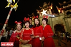 许多游客纷纷来到发艳教堂欢度圣诞节。