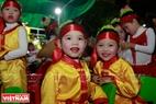 天主教徒儿童高兴地等待上台表演。