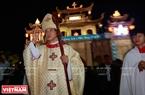 El obispo Joseph Nguyen Nang preside la procesión del niño Jesús.