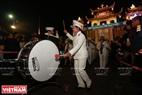 Los primeros sonidos del tambor señalan el inicio de la procesión de Nochebuena en Phat Diem.