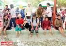 Những người khuyết tật tham gia chương trình massage cá trong Khu du lịch Suối Tiên. Ảnh: Thông Hải.