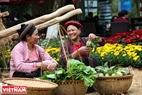 Những gánh hàng nông sản do chính những người nông dân trồng được bày bán trong khu chợ quê.