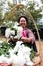 Những gánh hoa là một phần không thể thiếu trong không gian chợ quê.