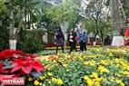 Ngoài không gian chợ quê đặc sắc, lễ hội xuân còn thu hút khách du lịch bởi  đường hoa Xuân lớn nhất miền Bắc.