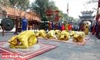 Đội đồng tế thành kính quỳ lạy trước sân đền. Ảnh: Thanh Hòa/Báo ảnh Việt Nam