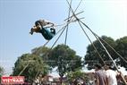 Thanh niên đi hội hào hứng với trò đu tiên đầu năm mới. Ảnh: Thanh Hòa/Báo ảnh Việt Nam