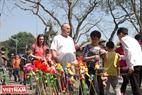 Du khách nước ngoài trẩy hội Cổ Loa. Ảnh: Thanh Hòa/Báo ảnh Việt Nam