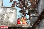 Lũ trẻ hào hứng leo lên tường thành xem lễ hội. Ảnh: Thanh Hòa/Báo ảnh Việt Nam