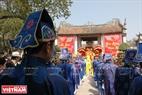 Đội đồng tế trong trang phục các quan văn đứng chầu trước sân đền Thượng. Ảnh: Thanh Hòa/Báo ảnh Việt Nam