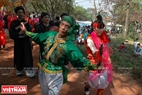 Các vũ công cũng vừa đi vừa nhảy múa theo điệu nhạc. Ảnh: Thanh Hòa/Báo ảnh Việt Nam
