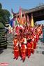 Đội cờ ngũ sắc chỉnh tề dẫn đầu đám rước. Ảnh: Thanh Hòa/Báo ảnh Việt Nam