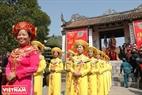 Đội nghi lễ đại diện cho các cụ bà làng Cổ Loa tham gia đám rước kiệu. Ảnh: Thanh Hòa/Báo ảnh Việt Nam