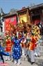 Đến đúng giờ lành, theo hiệu lệnh của trống chiêng, các thanh niên trai tráng bắt đầu nghi lễ rước kiệu ra khỏi đền Thượng. Ảnh: Thanh Hòa/Báo ảnh Việt Nam