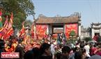Hàng vạn du khách thập phương chen chân xem nghi lễ rước kiệu ở đền Thượng. Ảnh: Thanh Hòa/Báo ảnh Việt Nam