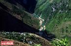 Một bản nhỏ của người dân tộc Mông nằm ngay lưng trừng núi. Ảnh: Trịnh Bộ