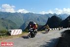 Nhiều du khách chọn xe máy là phương tiện đi lại để thuận tiện cho việc ngắm nhìn vẻ đẹp của đèo Mã Pí Lèng. Ảnh: Hoàng Hà