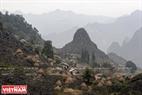 Bản Lùng Phủa thuộc xã Lũng Chinh nằm ngay bên đỉnh Mã Pí Lèng. Ảnh: Tất Sơn