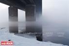 Cầu Tháng mười trong làn sương trên mặt sông Enisey. Ảnh: Trần Hiếu