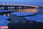 Buổi tối bên cầu Tháng Mười. Ảnh: Trần Hiếu