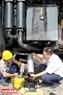 Thay dầu định kỳ và bảo dưỡng hệ thống lọc dầu động cơ của xe tải tự đổ HD 785 Komatsu. Ảnh: Hoàng Hà
