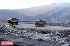 Các đặc xa trên  đường chuyên chở than ở khu vực lòng Moong. Ảnh: Hoàng Hà