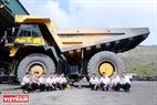 Các kĩ sư đầu ngành  hóa dầu của Petrolimex lên nghiên cứu và đưa sản phẩm  dòng sản phẩm dầu nhờn đa cấp, chất lượng cao PLC Cater CI4 vào xe siêu khủng tại mỏ than cọc 6 Quảng Ninh. Ảnh: Hoàng Hà