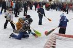 Môn thể thao Hockey (khúc côn cầu) đã được biến tấu độc đáo, trở thành trò chơi vô cùng thích thú đối với lứa tuổi thiếu nhi trong ngày lễ hội Maslenitsa.  Ảnh: Trần Hiếu