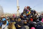 Phần thi leo cột thu hút sự chú ý theo dõi và cổ vũ của đông đảo người xem hội. Ảnh: Trần Hiếu