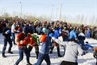 Trò chơi đấm bốc tập thể được sáng tạo từ môn thể thao Kicbokxing tạo nên sự phấn khích đặc biệt cho những người thuộc phái mạnh. Ảnh: Trần Hiếu