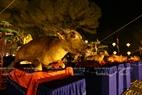 Les offrandes sont un banquet comprenant de la viande de boeuf, de chèvre et de porc.
