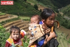 Children follow their parents to go to the terraced fields. Photo: Duc Hanh/VNP