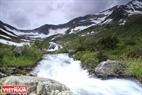 Nước tràn hồ rồi lại tuôn chảy xuống dưới núi.