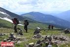 Những rặng núi cao gần 2000 mét là thử thách lớn đối với khách bộ hành.