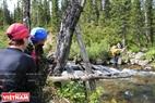 Cây cầu đã bị nước lũ cuốn trôi và cả nhóm buộc phải mạo hiểm vượt suối bằng cách đu dây.